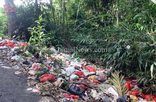 Sampah Menumpuk di Tepi Sungai Jatisari