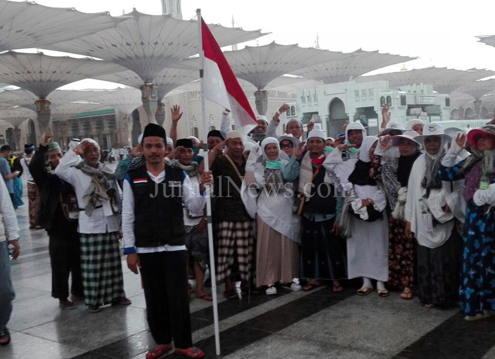 Jamaah Haji Banyuwangi Kibarkan Merah Putih di Tanah Suci