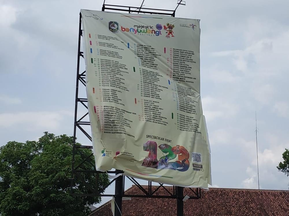 Banner Berukuran Besar Lepas, Membahayakan Pengguna Jalan