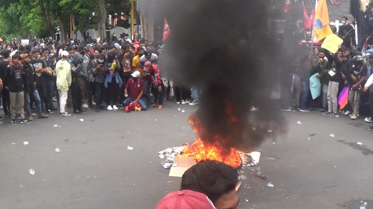 Masa Pendemo Kepung Kantor DPRD Banyuwangi; Ketua DPRD Banyuwangi Sepakat Menolak Omnibus Law