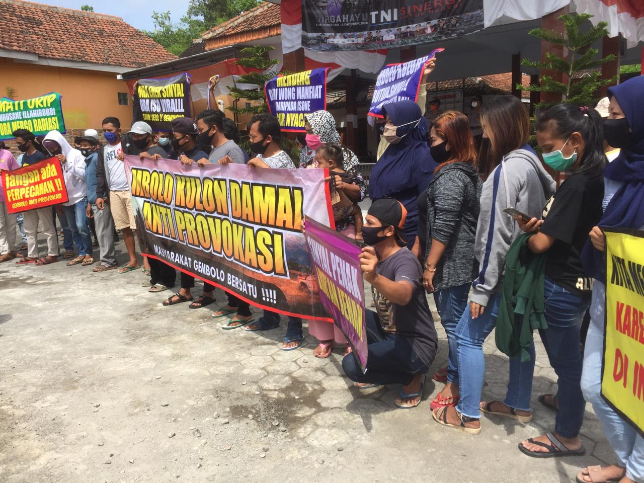 Warga Gembolo Berorasi Dihalaman Kantor Desa Purwodadi Tuntut Tower Jangan Dibongkar